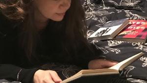 Kirjabloggaaja lukee Tytti Parraksen Jojoa.