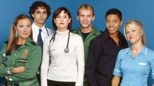 Casualty-sarjan hahmot Nina (Rebekah Gibb), Guppy ( Elyes Gabel), Selena (Elizabeth Carling), Woody (Will Thorp), Sam (Luke Bailey) ja Ellen (Georgina Bouzova).