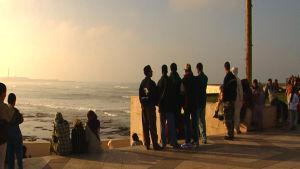 Marokkolaisia nuoria miehiä katselemassa merelle