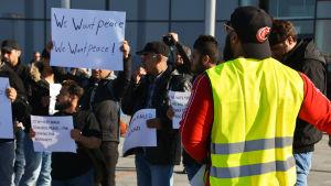 Asylsökande demonstrerar mot Finlands asylpolitik i Torneå.