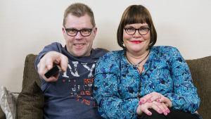 """Sohvaperunat-sarjan neljäs tuotantokausi: Mika/""""Mici"""" ja Marja/""""Maicci"""", Oulu."""