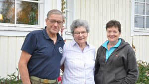Carita och Göran Furu och dotter Carola Furu-Högel framför sitt hus