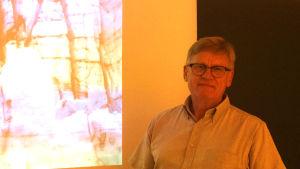 Hans Olof Lithen framför en skärm.