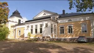 Stor karaktärsbyggnad på Boe gård i Borgå.