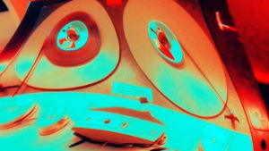 Manipuloitu kuva Telefunken-studionauhurista Ylen radiostudiossa.