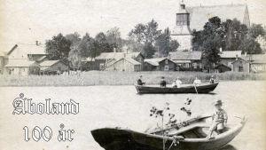 Två gamla roddbåtar i sundet i Pargas nedanför kyrkan