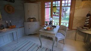 Restaurerat vardagsrum i gammal stil i Hangö