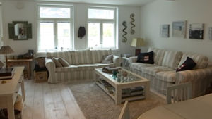 Modernt vardagsrum i nyrenoverat trähus i Hangö