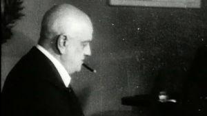 Jean Sibelius soittaa flyygeliään Ainolassa (1945).