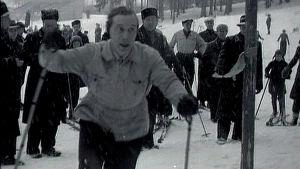 Väinö Leskinen hiihtää.