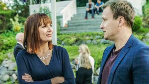 Downshiftaajat-sarjan toinen tuotantokausi, Pia (Niina Lahtinen) ja Jaakko (Heikki Paasonen).