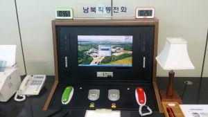 Den heta linjen i Nordkorea med en skärm och två lurar- en röd och en grön. Den finns i byn Panmunjom i säkerhetszonen mellan nord och syd.