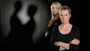 Kuvassa Puhdistus-kuunnelman näyttelijät vas.-oik.: Zara (Essi Hellén) ja Aliide Truu (Tiina Weckström)