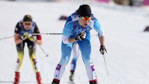 Krista Lähteenmäki hiihtää viestin ankkuriosuutta Sotšin olympialaisissa 2014.