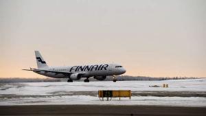 Ett Finnairs-plan på snöig startbana på Helsingfors-Vanda flygplats.