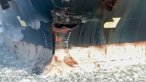 Ett fraktfartyg som fått hål i fören.