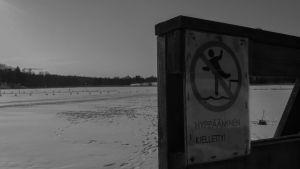 hyppääminen kielletty -kyltti rantalaiturilla