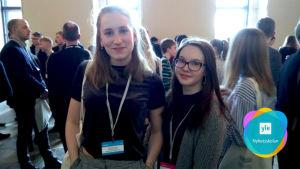 Catarina Korkman och Vivi Lehtonen under ungdomsparlamentet i riksdagen.