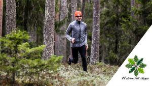 En man springer på skogsstig. I högra nedre hörnet logon för kampanjen Vi drar till skogs.