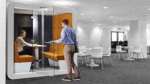 En arbetsmodul, ett litet flyttbart ljudisolerat rum, där man kan jobba ostört till exempel på bibliotek eller i kontorslandskap.