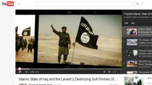 Skärmdump från Youtube av en jihadist och en svart flagga.
