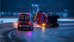 En lastbil har vält och en ambulans är på plats.