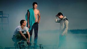 Kolme miestä savun ja udun keskellä
