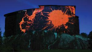 Konstverk i rött på Raseborgs slottruiner