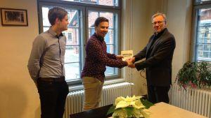 Pontus Lindroos (ÅAS styrelseordförande 2017), Anton Norrback (ÅAS styrelseordförande 2016) och Åbo Akademis rektor Mikko Hupa.