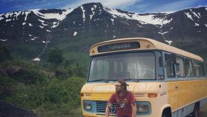 Bosse Hellsten vid en buss i bakgrunden berg