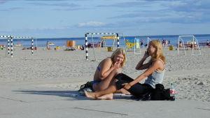 Nuoria naisia Pärnun uimarannalla.