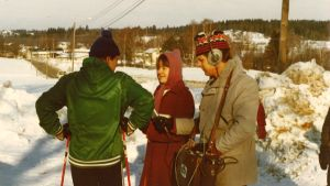 Två radiojournalister intervjuar en skidåkare.