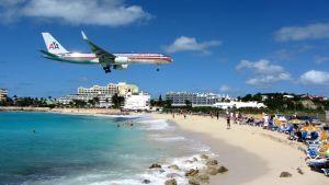Lentokone laskeutuu lähellä rantaa