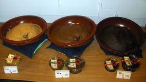 Tre skålar med japansk misopasta av sojabönor.