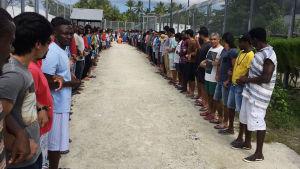 Flyktingar i lägret stod hand i hand i solidaritet för att protestera mot stängningen av lägret i Manus.