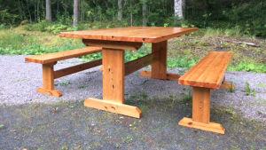 Ett träbord med två bänkar