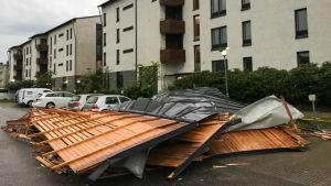 Takplåtar revs loss i stormen 12.8.2017 i Helsingfors (Ladugården).