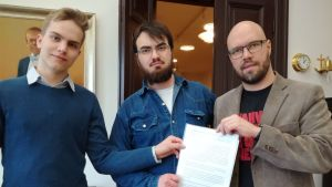 Jonatan Wikström och Pontus Westmalm från ÅSS överräcker namninsamlingen för gratis preventivmedel i Vasa åt Vasas stadsstyrelseordförande Kim Berg.