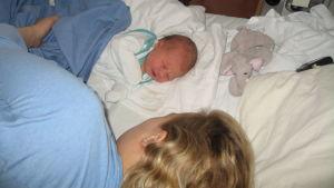Ulrika Ström med sin nyfödda dotter Matilda.