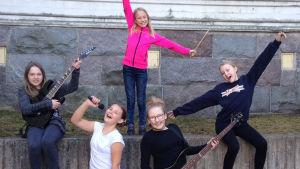 Josefina Saarinen, Sofie Rosström, Ellinor Kevin, Ebba Lundström, Alexandra Lundin, som tillsammans bildar bandet The Freez, de är finalister i MGP.