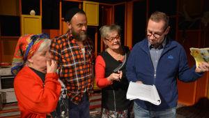 Två kvinnliga och en manlig skådespelare diskuterar pjäsen Finska hästen med en manlig regissör.