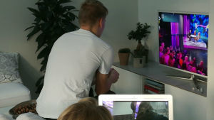 Två personer tittar på innehåll på Yle Arenan. Dena ena på dator och den andra på tv.