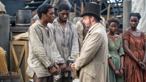 Chiwetel Ejiofor, Craig Tate ja Paul Giamatti elokuvassa 12 vuotta orjana