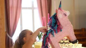 Fanny Niemelä med en pinata i form av en enhörning