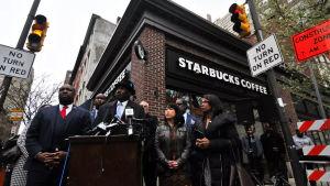 Presskonferens om Starbucks agerande i Philadelphia.