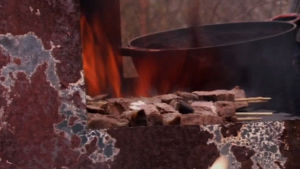 Högrev grillas på utegrill av metallskrot