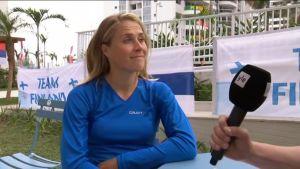 Tuuli Petäjä-Sirén kantaa Suomen lippua Riossa