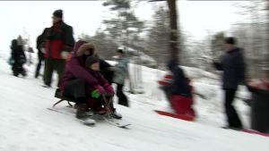 Uutisvideot: Laskiaispäivän viettoa Helsingin Taivaskalliolla