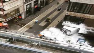 Uutisvideot: Väkijoukkoon ajanutta kuorma-autoa sammutetaan Tukholmassa