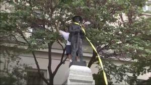 Uutisvideot: Mielenosoittajat kaatoivat etelävaltioiden sotilaan patsaan Pohjois-Carolinassa